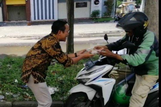 Legislator PSI bagikan nasi kotak tiap pekan untuk warga Surabaya