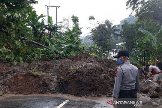 Jalan Sumedang-Subang terputus akibat tanah longsor