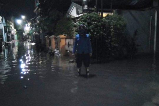 Damkar Jaktim sedot genangan air di Cakung Timur
