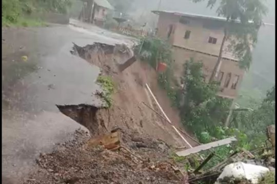 Hujan deras picu longsor jalan perbatasan Malino-Sinjai Sulsel