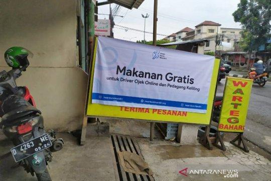 Sebuah warteg di Bandung bagikan makanan gratis untuk ojek online