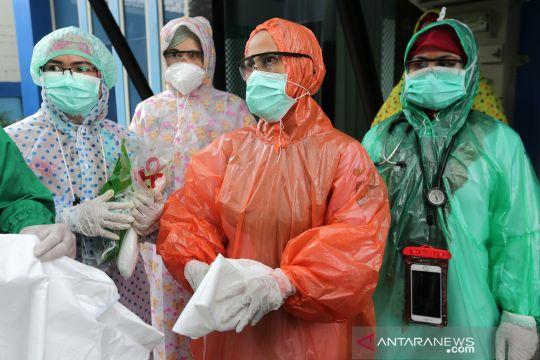 Jas hujan jadi APD darurat petugas medis puskesmas di Aceh