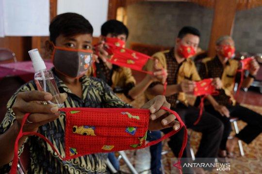 Penyandang disabilitas produksi masker untuk dibagikan ke warga