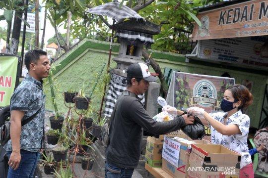 Solidaritas warga berbagi sembako di tengah wabah COVID-19