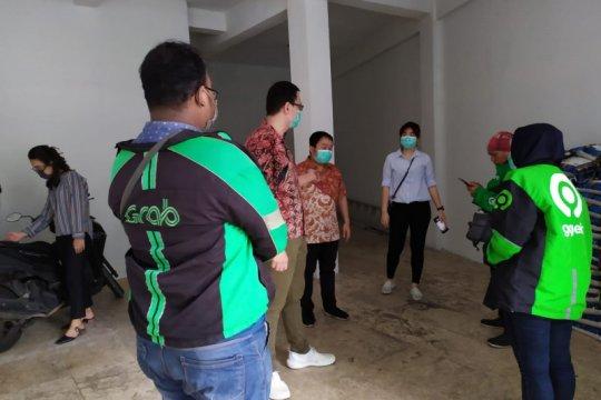 Dua legislator PSI bagikan 1 ton beras ke warga Surabaya