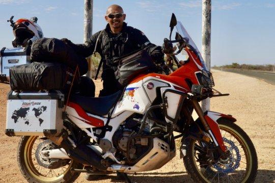 Penjelajah Indonesia susuri garis Ekuator dengan sepeda motor