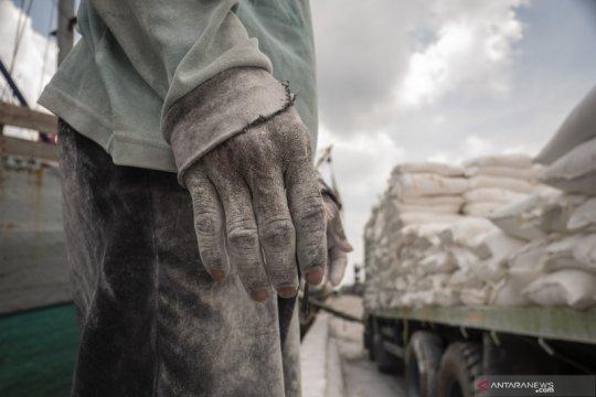 Aktivitas bongkar muat di Pelabuhan Sunda Kelapa tetap berlangsung