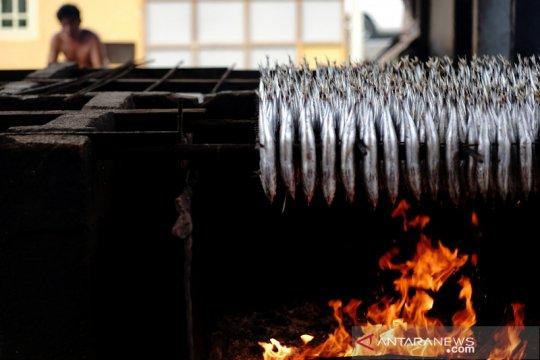 Penjualan ikan asap menurun terdampak COVID-19
