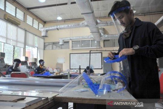 Mahasiswa Politeknik Negeri Sriwijaya produksi pelindung wajah