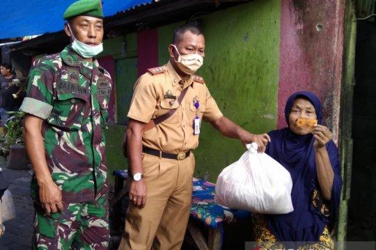 Kodam Hasanuddin bagikan sembako untuk warga terdampak COVID-19