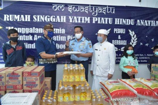 TNI-AU bagikan sembako-masker ke rumah singgah yatim piatu Jakarta