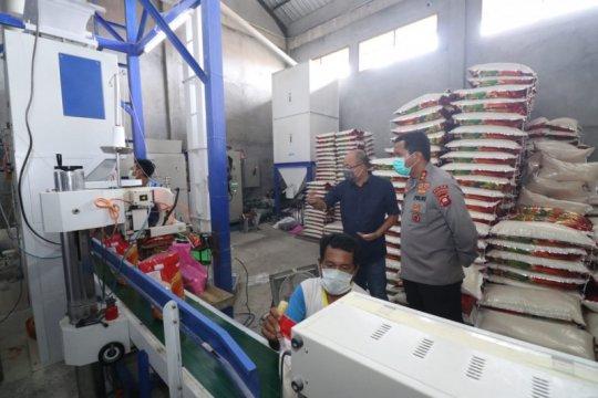Kepala Polda Kalimantan Barat cek pembuatan masker dan stok beras