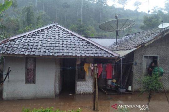 Hulu Sungai Cimanuk meluap, banjir landa daerah pegunungan Garut-Jabar