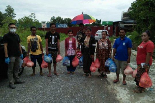 KJRI Kuching bagikan sembako pada pekerja migran di Sarawak