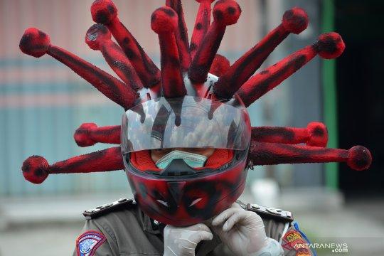 Cara unik polisi mensosialisasikan penggunaan masker