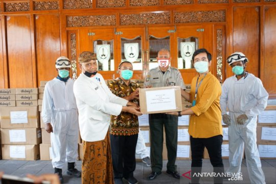 Gibran serahkan bantuan APD ke Pemkot Surakarta