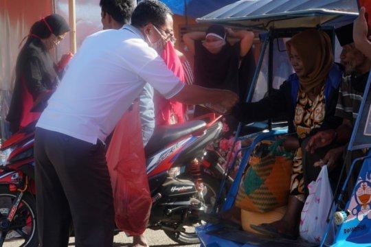 Cegah COVID-19, Wabup Gorontalo Utara bagikan masker di pasar