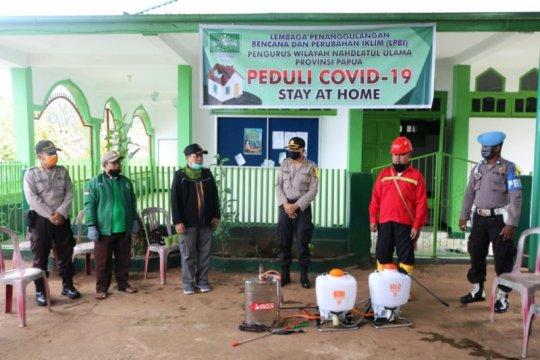 Cegah COVID-19, Polda-NU Papua semprot disinfektan di perumahan warga