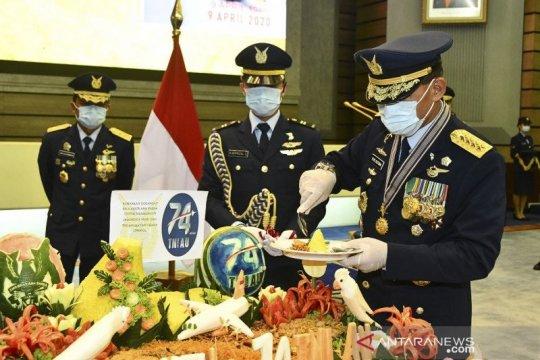 TNI AU bagikan sembako buat tenaga medis