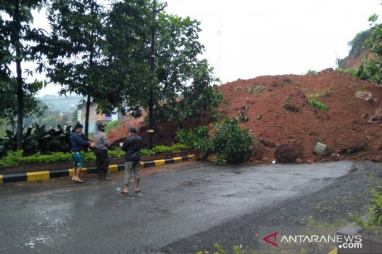 Jalur utama Cianjur-Sukanagara tertutup akibat tertutup longsor