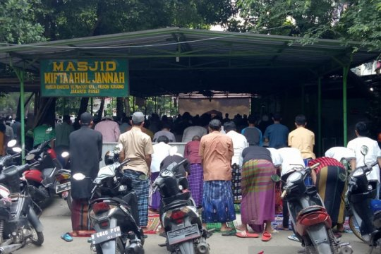 Warga Kelurahan Kebon Kosong Jakarta Pusat salat Jumat saat PSBB
