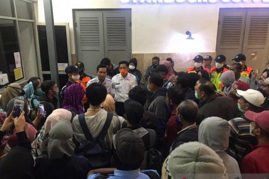 Penumpang telantar di Stasiun Manggarai menangis minta tambahan KRL
