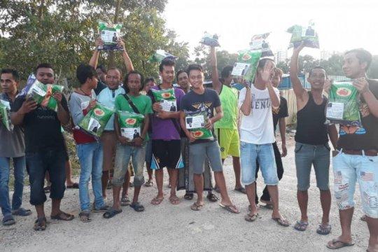 Sekjen PPP bantu bahan makanan ke TKI di Malaysia
