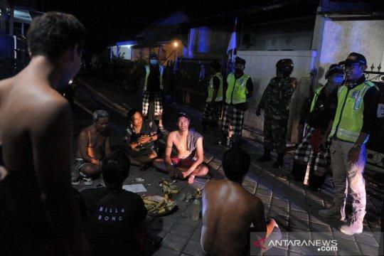 Patroli malam cegah penyebaran COVID-19 di Bali