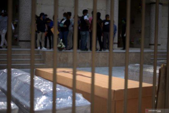 Tahanan Ekuador ditugaskan buat peti mati untuk korban corona