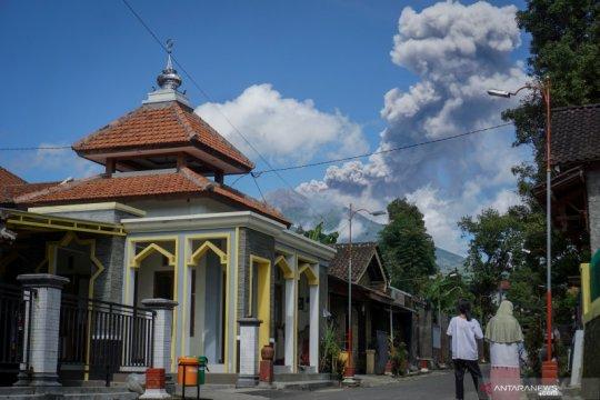 Gunung Merapi erupsi dengan tinggi kolom 3.000 meter