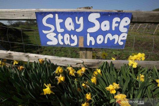 Berbagai tulisan imbauan untuk tetap berada di rumah selama pandemi COVID-19 di Inggris