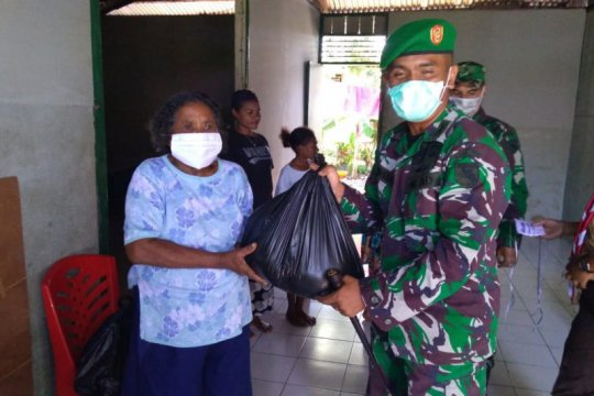 Kodim 1709/Yawa bagikan sembako ke warga terdampak COVID-19
