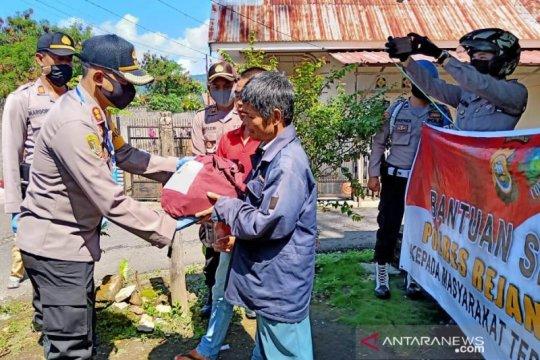 Polres Rejang Lebong beri bantuan sembako warga terdampak COVID-19