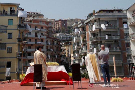Dari balkon, warga Italia ikuti misa Minggu Paskah