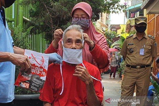 Lansia jadi sasaran pembagian paket PHBS dari PMI Jakarta Pusat