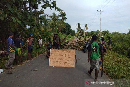 Polisi bubarkan secara paksa warga blokade jalan TPU di Timika