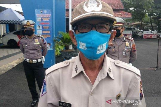 Cegah corona, anggota Polresta Banyumas adu kreativitas buat masker