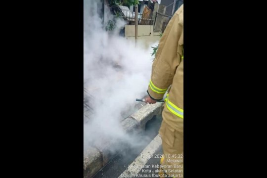 Diduga  korsleting, kabel optik bawah tanah terbakar di Fatmawati
