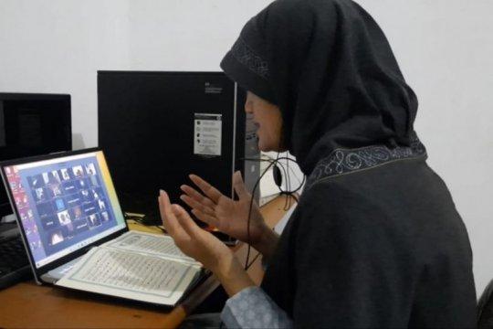 Di tengah pandemi COVID-19, warga Surabaya khataman daring
