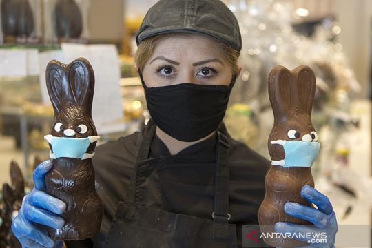 """Masker"" untuk kue kelinci Paskah dari Yunani"
