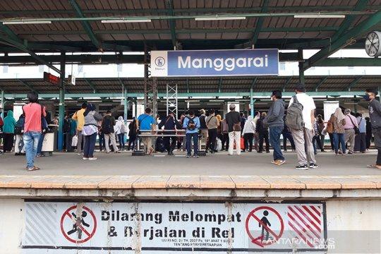 Hari kelima PSBB Stasiun Manggarai masih ramai penumpang