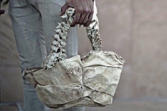 Bikin geger, desainer Indonesia buat tas dari tulang manusia
