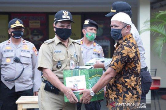 421 KK di Cakung terima bantuan paket sembako dari Pemprov