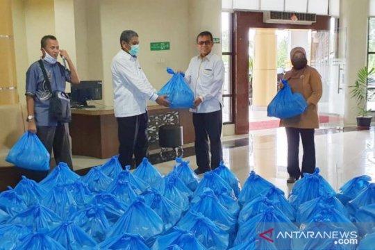 UNP bagikan 1.000 paket sembako untuk mahasiswa