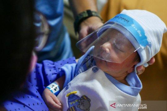 """Face shield"" mini untuk bayi baru lahir di RSIA Tambak"