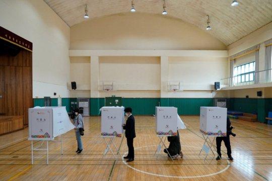 Masyarakat Korea Selatan kenakan masker, sarung tangan dalam pemilu