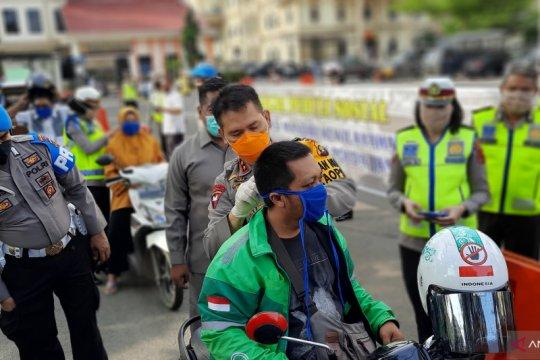 Kapolda Jambi bagikan masker dan sembako kepada warga