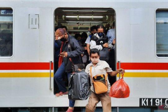 Kereta jalur Bogor masih terpantau ramai di Stasiun Manggarai