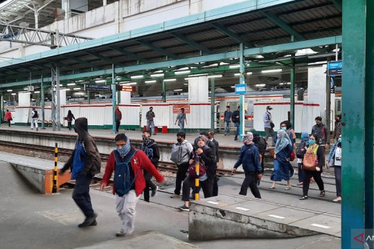Penumpang masih berlari kejar kereta di Stasiun Manggarai