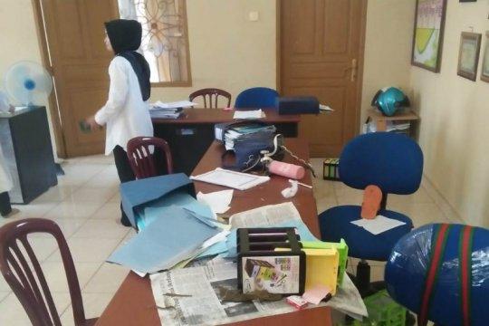 Kawanan kera mengacak-acak kantor lurah di Payakumbuh
